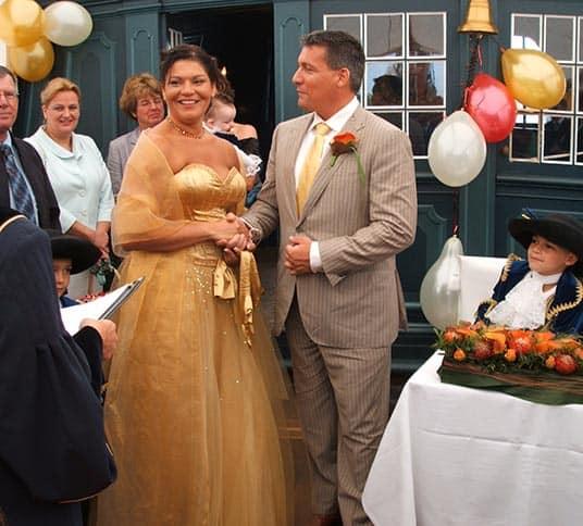 Huwelijksceremonie op een schip